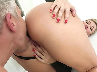 Hypnotizing milf Ryan Keely gets a mouthful be advantageous to cum after titfuck plus pussy fuck