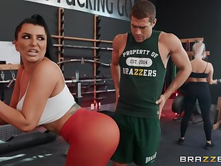 Sporty brunette mature Romi Rain gets fucked fro the gym