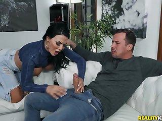 The man cougar Jasmine Jae spreads legs to obtain fucked