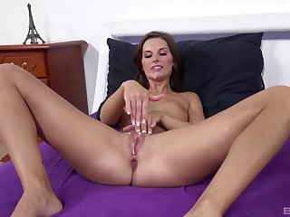 Solo beauty gets the Hawkshaw after flawless squirting