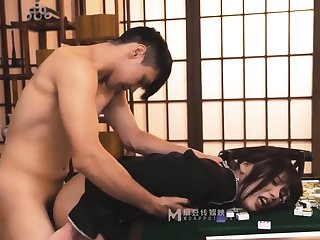 A physical girl in a private mahjong hall p1